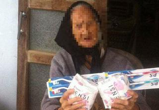 Sự thật xung quanh câu chuyện cụ bà nhận quà cứu trợ là băng vệ sinh