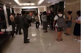 Khách Trung Quốc chen chúc vào thang máy khách sạn và kết cục đau lòng