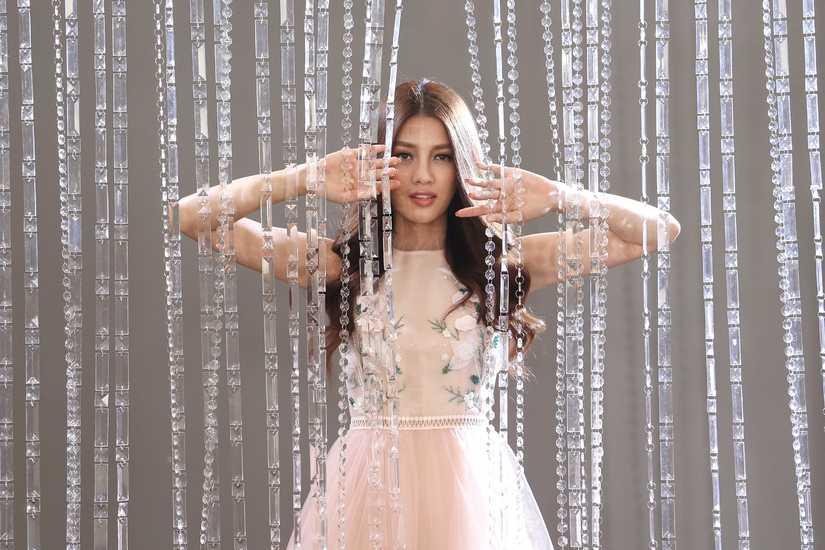 Hé lộ hình ảnh thí sinh Hoa hậu Hoàn vũ Việt Nam quay quảng bá cho đêm chung kết 8