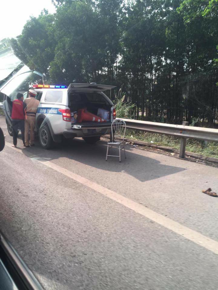 Xe máy kẹp 3 tông vào CSGT, 2 người nhập trong tình trạng nguy kịch