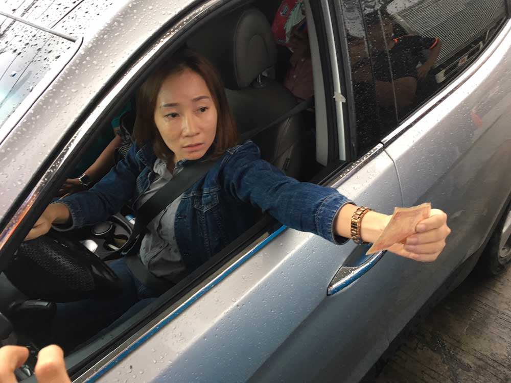 Nữ tài xế dùng tiền lẻ qua trạm BOT Cai Lậy