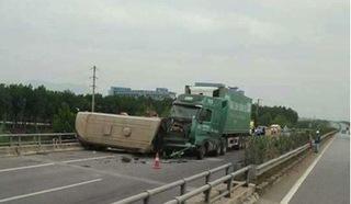 Xe container đâm lật xe khách trên cao tốc Nội Bài - Lào Cai, nhiều người bị thương
