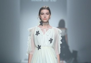 Cái chết bất ngờ của nữ người mẫu Nga 14 tuổi xinh đẹp gây tranh cãi