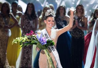 Vừa đăng quang Hoa hậu Hoàn vũ 2017, người đẹp Nam Phi đã phải trả vương miện tại quê nhà