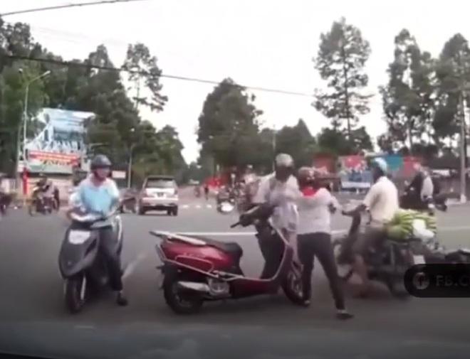 Phẫn nộ ninja lead đẩy ngã, mắng xối xả cụ già giữa đường sau va chạm. Ảnh chụp từ clip.