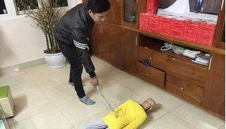 Bé trai 10 tuổi bị bạo hành dã man ở Hà Nội: Bố cháu bé cuộn nhiều móc áo thành roi sắt để đánh đập con