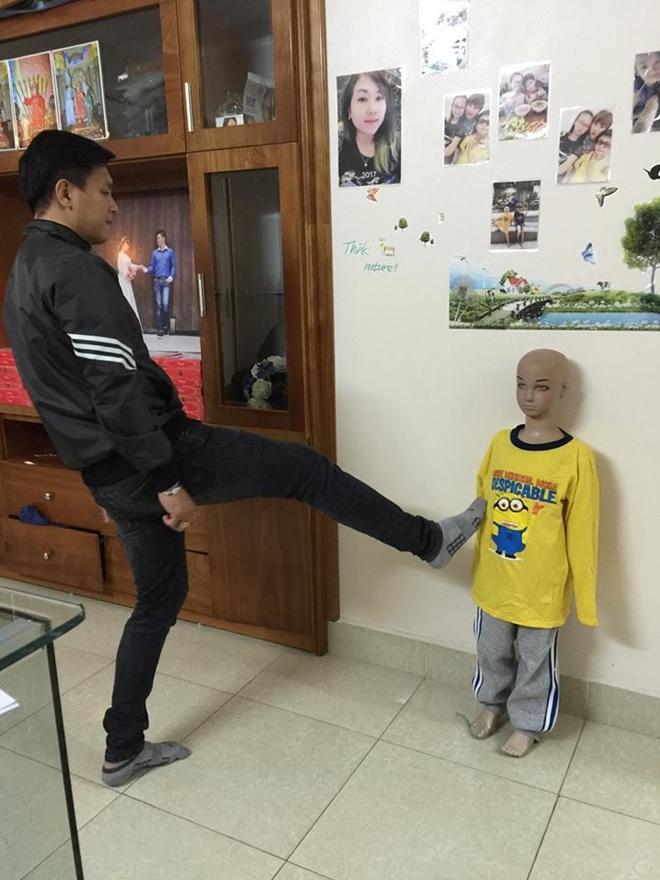 Người bố thuật lại hành động đạp vào mạn sườn của con trai