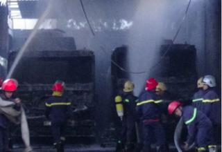 Xe bồn chở đầy xăng cháy dữ dội tại garage, 1 tài xế bỏng nặng