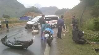 Sơn La: Xe cứu thương tông vào lan can lề đường, 3 người bị thương nặng