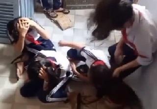 Clip 3 nữ sinh lớp 7 bị túm tóc, đạp vào đầu dã man gây phẫn nộ