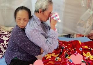 Rưng rưng với hình ảnh cụ bà ôm chặt cụ ông trên giường bệnh