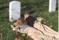 Cảm động hình ảnh con mang chăn tới nghĩa địa ngủ bên mộ bố vì quá nhớ