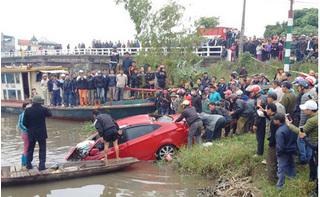 Ô tô đâm bay lan can cầu rơi xuống sông, tài xế tử vong