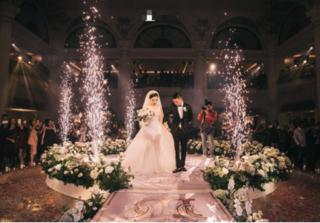 Đám cưới siêu hot: Cô dâu lộng lẫy trong bộ váy đính 5.000 viên pha lê