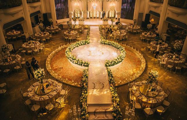 Đám cưới siêu hot, cô dâu mặc váy đính 5.000 viên pha lê5