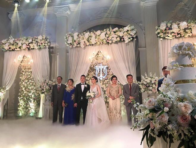 Đám cưới siêu hot, cô dâu mặc váy đính 5.000 viên pha lê3
