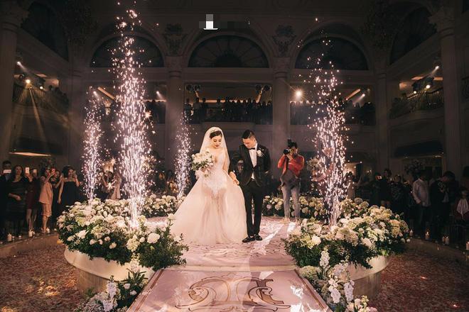 Đám cưới siêu hot, cô dâu mặc váy đính 5.000 viên pha lê2