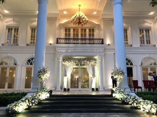 Đám cưới siêu hot, cô dâu mặc váy đính 5.000 viên pha lê6
