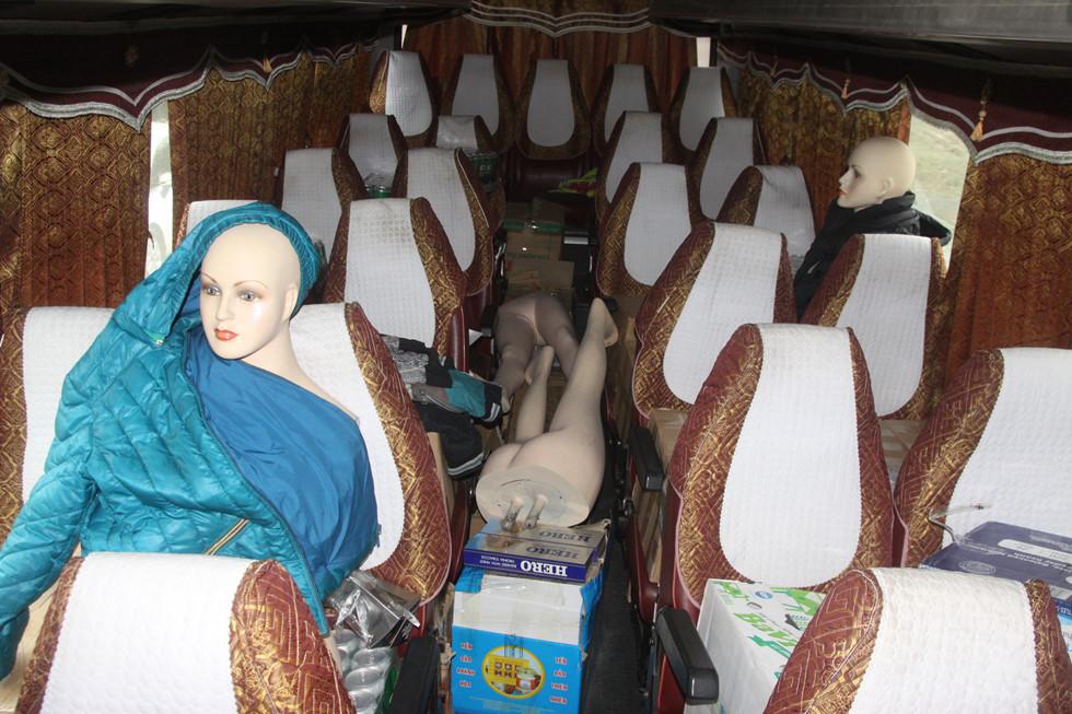 Hi hữu:Dùng ma nơ canh giả người trên xe hòng vận chuyển hàng lậu