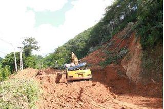 Lai Châu: Sạt lở đất đá, ô tô biển xanh và máy xúc bị đẩy xuống vực