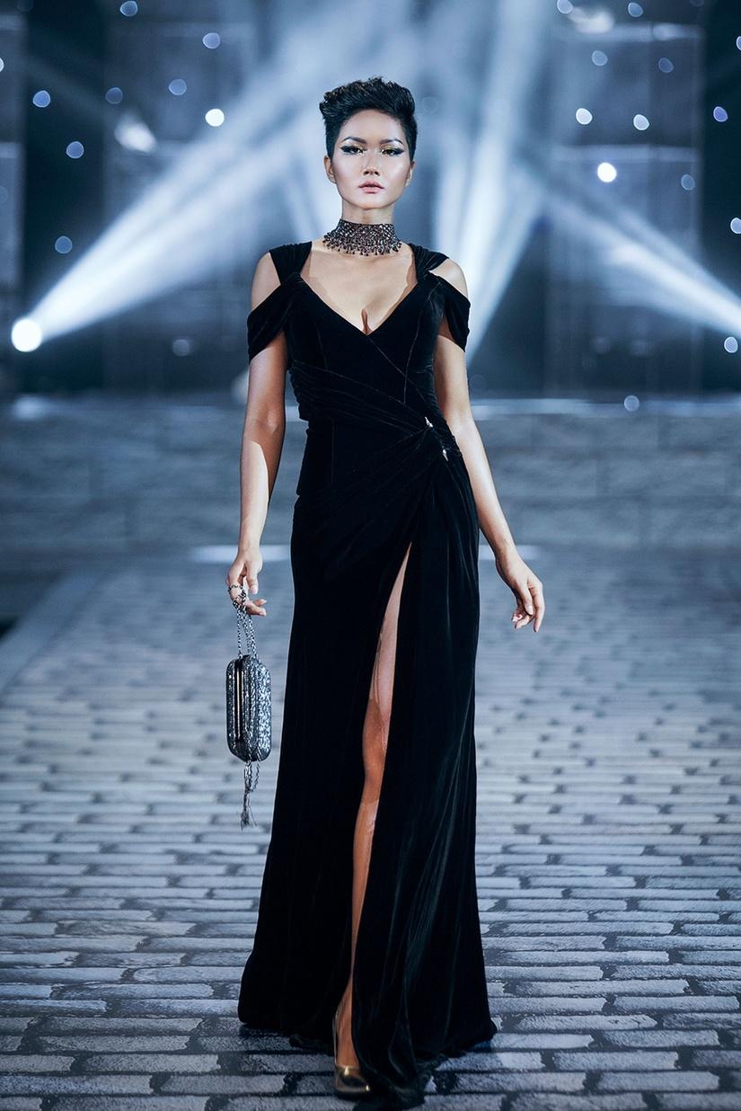 Những nữ thần quyến rũ của Nhà thiết kế Chung Thanh Phong trong show Shes A Goddess 10