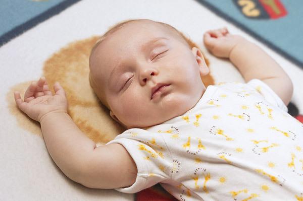 luôn cho con nằm ngửa khiến con sau dễ phát triển vận động sai tư thế