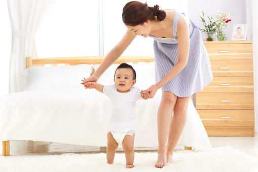 Cho con tập đi trên nệm mềm khiến con sau dễ phát triển vận động sai tư thế