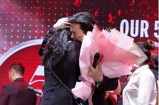 Thanh Bùi ôm chặt vợ bật khóc trên sân khấu