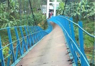 Cầu treo đứt cáp, nam sinh lớp 4 rơi xuống sông mất tích