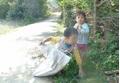Hai đứa trẻ bị bố mẹ bỏ rơi, dắt nhau nhặt rác mưu sinh trong giá lạnh