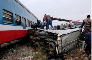 Xe tải cố vượt qua đường sắt bị tàu đâm nát, tài xế trọng thương