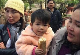 Bé gái 2 tuổi bị bỏ rơi cùng lá thư nhờ sư thầy nuôi giúp