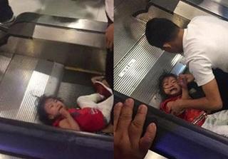 Bé gái bị kẹt tóc ở thang cuốn khóc thảm thiết khiến ai cũng rùng mình