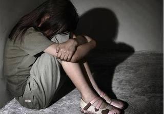 Cha dượng đồi bại, phá cửa vào nhà hiếp dâm con riêng của vợ