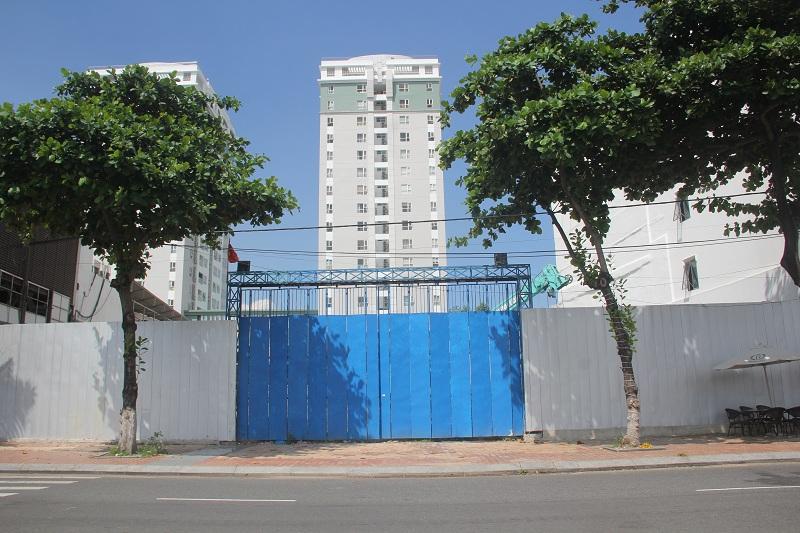 Số 16 đường Bạch Đằng vốn là trụ sở cũ của Trung tâm bán đấu giá Đà Nẵng, hiện đang được vây kín cho một dự án lớn
