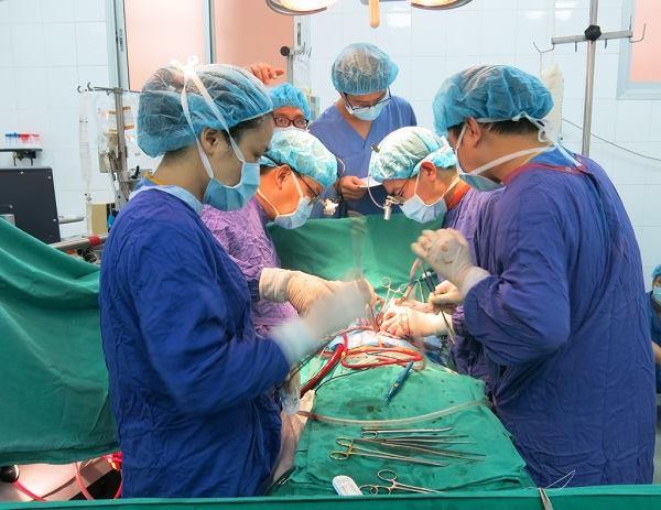 bác sỹ tiến hành phẫu thuật ghép tim từ bệnh nhân chết não hiến tạng