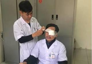 Đang cấp cứu cho bệnh nhân, bác sĩ bị đánh gãy xương mũi