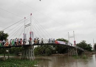 Những cây cầu cho miền Tây vẫn mọc lên giữa bão Tembin
