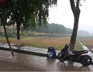 Chàng trai khóc dưới mưa 3 tiếng sau khi bạn gái bỏ vì đi xe số?