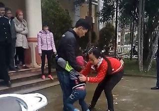 Mẹ bỏ đi biền biệt, khi quay về bị con gái 5 tuổi từ chối phũ phàng