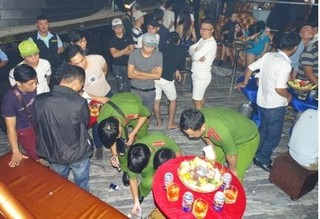 Cảnh sát đột kích quán bar ở Biên Hòa, tạm giữ gần 200