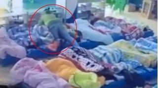 Bảo mẫu dùng chăn chụp lên mặt trẻ để bắt ngủ trưa gây bức xúc dư luận