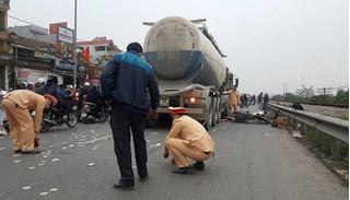 Hà Nội: Xe bồn va chạm với xe máy khiến hai người tử vong