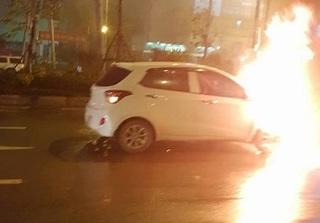 Hà Nội: Xe ô tô 4 chỗ bốc cháy ngùn ngụt giữa đường trong mưa phùn