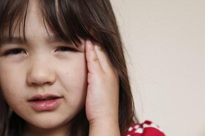 cha mẹ không nên tự chữa trị viêm tai giữa cho trẻ tại nhà