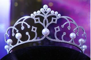Lần đầu tiên, Á hậu Hoàn vũ Việt Nam 2017 cũng được trao vương miện
