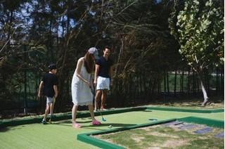 Kim Lý ân cần dạy con trai Hồ Ngọc Hà đánh golf
