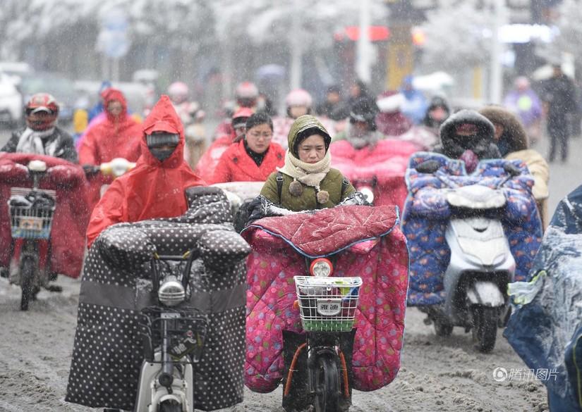 Quấn chăn ra đường thời tiết giá lạnh khủng khiếp