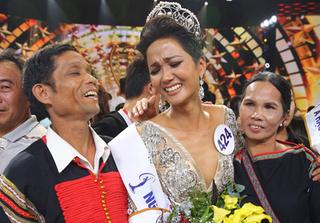 H'Hen Nie hạnh phúc ôm chặt bố mẹ sau khi lên ngôi Hoa hậu