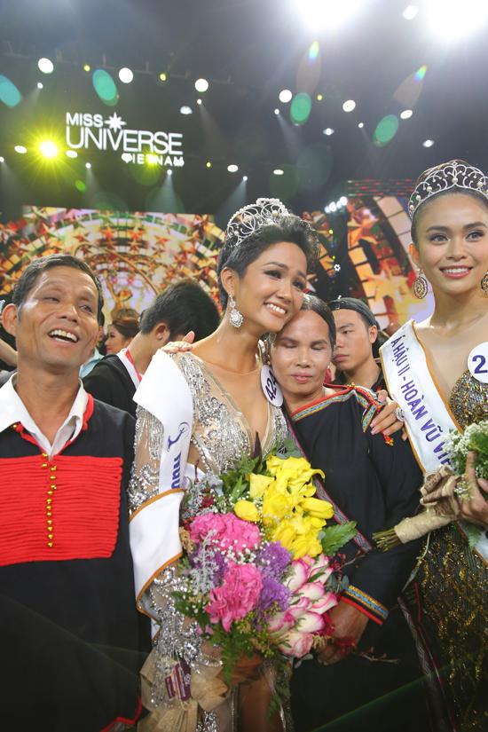 H'Hen Niê hạnh phúc ôm chặt bố mẹ sau khi lên ngôi Hoa hậu 1